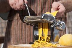 italienare som gör pasta Royaltyfri Fotografi