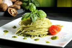 Italienare stillar pasta med genovese pesto Arkivbilder