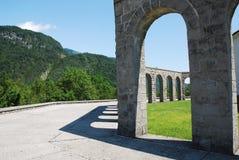 ItalienareCharnal hus på Kobarid Arkivfoto