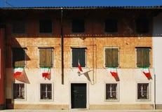 Italienareflaggor på lantlig byggnad Royaltyfria Foton