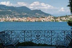 Italienareträdgårdterrass med sjösikt Royaltyfria Foton