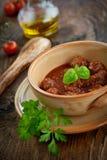 Italienerkochen - Fleischbälle mit Basilikum Stockfotos