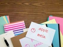 Italienisch; Lernen von neuen Sprachschreibens-Wörtern auf dem Notizbuch Lizenzfreies Stockbild