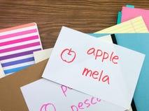 Italienisch; Lernen von neuen Sprachschreibens-Wörtern auf dem Notizbuch Lizenzfreie Stockbilder