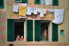 Italienische ältere Paare in der Liebe betrachten das Fenster Lizenzfreie Stockbilder
