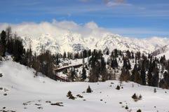 Italienische Alpen für Skifahren lizenzfreie stockfotos