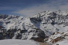 Italienische Alpen im Winter mit Schnee auf Bergspitzen Stockfotos