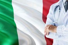 Italienische Doktorstellung mit Stethoskop auf Italien-Flaggenhintergrund Nationales Gesundheitssystemkonzept, medizinisches Them lizenzfreies stockfoto
