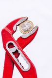 Italienische Euromünze squezzed mit Zangen Stockfotografie
