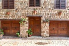 Italienische Fassade im toskanischen Dorf Pitigliano, Italien lizenzfreies stockfoto