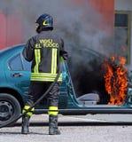 Italienische Feuerwehr löschte das Autofeuer nach dem Auto-ACC aus Lizenzfreie Stockbilder