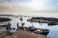 Italienische Fischer im Hafen von Neapel Stockfotos