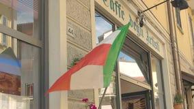 Italienische Flagge auf dem Gebäude stock video