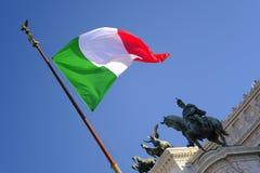 Italienische Flagge, blauer Himmel, Architektur Stockfotos