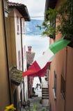 Italienische Flagge, die im Mai Tag, Varenna, Italien fliegt Lizenzfreie Stockfotos
