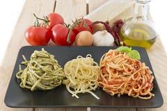 Italienische Flagge gemacht mit Teigwaren und Bestandteilen auf hölzernem Hintergrund Lizenzfreies Stockfoto
