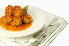 Italienische Fleischklöschen auf weißer Platte mit Tomatensauce Lizenzfreies Stockfoto