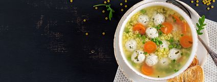 Italienische Fleischklöschensuppe und Stelline-Teigwaren in der Schüssel auf schwarzer Tabelle lizenzfreie stockfotografie