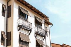 Italienische Gebäudedachspitze und Fensteransicht Stockfoto