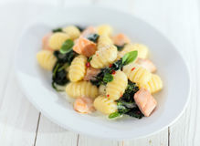 Italienische Gnocchiteigwaren mit Lachsen und Basilikum Stockfotografie