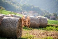 Italienische Hügellandschaft mit Heuballen stockfotos