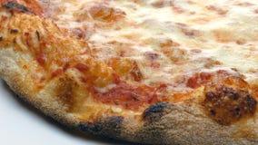 Italienische heiße Pizza Margherita-Nahaufnahme, die Gesamtlänge 4k dreht stock footage