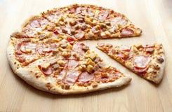 Italienische köstliche heiße Fleisch-Pizza Stockbild