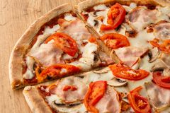 Italienische köstliche neue heiße Mischung gebackene Pizza lizenzfreie stockfotografie