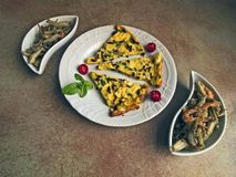 Italienische Küche - Omelett und gebratener Fisch Lizenzfreie Stockfotografie
