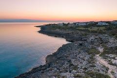 Italienische K?stenlinie bei Sonnenuntergang Vogelperspektivefelsen und -meer warmer Himmel des ruhigen Wassers stockfotografie