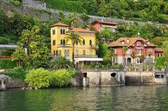 Italienische Landhäuser durch das Ufer von See (lago) Maggiore, Italien stockbilder