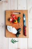 Italienische Lebensmittelinhaltsstoffe: Tomaten, Basilikum, Käse Lizenzfreie Stockfotografie