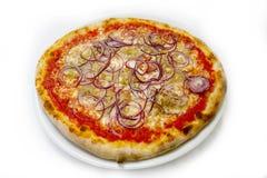 Italienische Lebensmittels Pizza des Pizzathunfischs und onionmozzarela, Schinken vermehrt sich Oliven explosionsartig lizenzfreies stockfoto