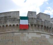 Italienische Markierungsfahne auf Acaya Schloss Lizenzfreies Stockbild