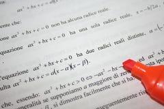 Italienische Mathe-Seite mit orange Markierungs-Feder Stockfoto