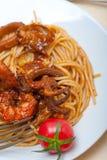 Italienische Meeresfrüchtespaghettiteigwaren auf roter Tomatensauce Stockbild