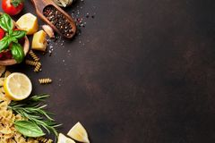 Italienische Nahrung Isolationsschlauch- und Kirschtomate getrennt auf weißem Hintergrund Stockbilder