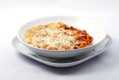 Italienische Nahrung mit Teigwaren, Käse und Tomatensauce lizenzfreies stockbild