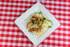 Italienische Nahrung Salat mit frischen Karotten und grünen Erbsen Lizenzfreies Stockfoto
