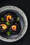 Italienische Nahrung Teigwaren mit Garnelen lizenzfreie stockfotos
