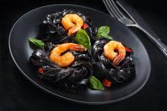 Italienische Nahrung Teigwaren mit Garnelen lizenzfreies stockfoto