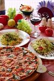 Italienische Nahrungsmitteleinstellung mit Pizza, Teigwaren und Wein Lizenzfreie Stockfotos
