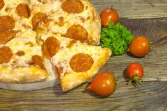 Italienische Pepperonipizza mit Salami auf dunklem hölzernem Hintergrund Italienische traditionelle Nahrung Ein strukturierter Hi stockfotos