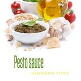 Italienische Pestosoße und Bestandteile, Nahaufnahme, lokalisiert Stockbild