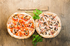 Italienische Pizza auf einem braunen hölzernen Hintergrund Lizenzfreies Stockbild