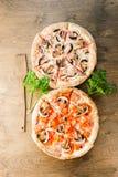 Italienische Pizza auf einem braunen hölzernen Hintergrund Stockfotos