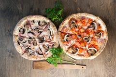 Italienische Pizza auf einem braunen hölzernen Hintergrund Stockbilder