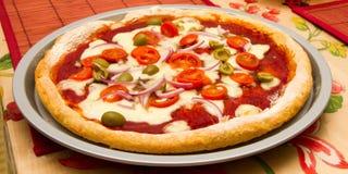 Italienische Pizza auf einem tischfertigen zu essen lizenzfreie stockfotos