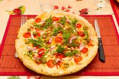 Italienische Pizza auf einem tischfertigen zu essen stockfoto