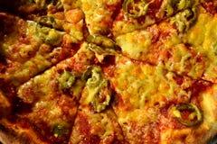 Italienische Pizza auf hölzerner Tabelle mit Bestandteilen Stockfoto